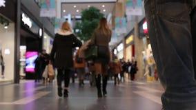 Tid schackningsperiod av folk på shoppinggallerian arkivfilmer