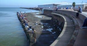 Tid schackningsperiod av folk som fiskar i Escollera de Montevideo stock video