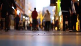 Tid schackningsperiod av folkmassan av folk som shoppar i gallerian - som är nära upp av fot lager videofilmer