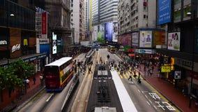 Tid schackningsperiod av gångare, bussar och trafik i det centrala området Hong Kong arkivfilmer