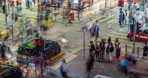 Tid schackningsperiod av genomskärningen för upptagen gata med trafik och gångare av Mong Kok på natten i Hong Kong arkivfilmer