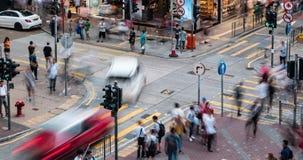 Tid schackningsperiod av genomskärningen för upptagen gata med trafik och gångare av Mong Kok på natten i Hong Kong lager videofilmer