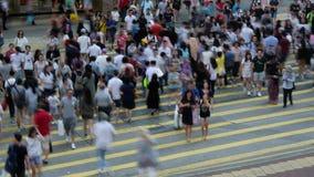 Tid schackningsperiod av genomskärningen för upptagen gata med trafik och gångare på natten i Hong Kong E stock video