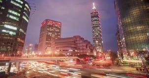 Tid schackningsperiod av härligt nattlandskap av det Taipei 101 tornet och World Trade Center i Xinyi reklamfilmområde lager videofilmer