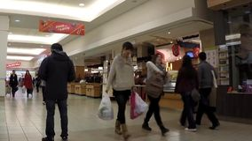 Tid schackningsperiod av kundköpandefoods på T&T-supermarket arkivfilmer
