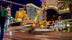 Tid schackningsperiod av Las Vegas folkmassor och trafik på natten arkivfilmer