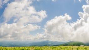 Tid schackningsperiod av moln över berg arkivfilmer