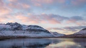 Tid schackningsperiod av moln och berget i Island arkivfilmer
