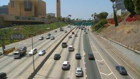 Tid schackningsperiod av motorvägtrafik i i stadens centrum Los Angeles lager videofilmer