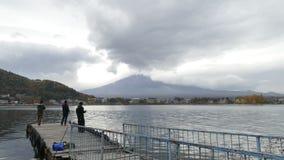 Tid schackningsperiod av Mt Mount Fuji med nedgångfärger i Japan arkivfilmer