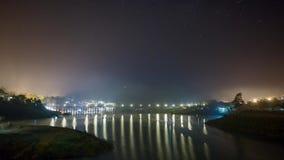 Tid schackningsperiod av natthimmel över den tysta floden arkivfilmer