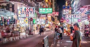 Tid schackningsperiod av nattsikten av ljusa upplyst baner och folk som går på tvärgata på den fullsatta staden lager videofilmer