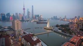 Tid schackningsperiod av Pudong finansiell horisont över Huangpu River på skymning, Shanghai arkivfilmer
