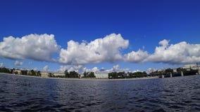 Tid schackningsperiod av rullande stackmolnmoln på en solig dag Invallning av en Neva flod i St Petersburg, Ryssland lager videofilmer
