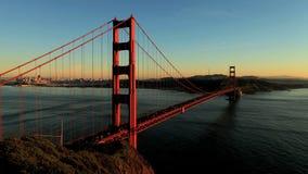 Tid schackningsperiod av San Fran mellan den Golden gate bridge solnedgången - gem 1 arkivfilmer