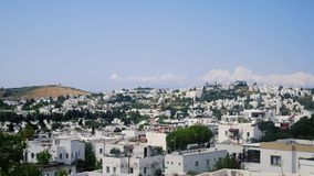 Tid schackningsperiod av semesterortstaden av Bodrum, Turkiet Vita hus och maler i den bl?a himlen arkivfilmer