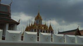 Tid schackningsperiod av slotten eller järn för Ratchanatdaram tempelmetall i Bangkok, Thailand lager videofilmer