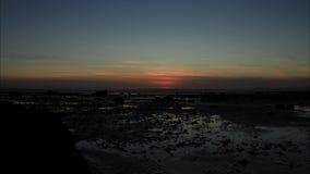 Tid schackningsperiod av solnedgången över en vidd av stranden lager videofilmer
