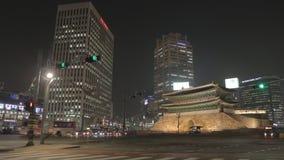Tid schackningsperiod av solnedgången i Seoul med den Namdaemun porten arkivfilmer