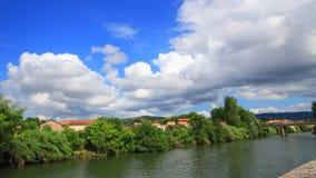 Tid schackningsperiod av staden av den Limoux och Aude floden i Frankrike arkivfilmer
