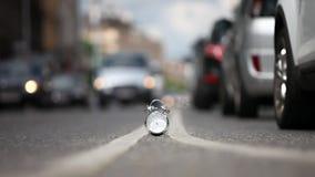 Tid schackningsperiod av tappningringklockan på den upptagna gatan stock video
