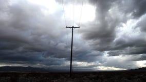 Tid schackningsperiod av telefonen Pole molnen för Mojaveökenstorm -4K arkivfilmer