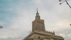 Tid schackningsperiod av tornspiran av slotten av kultur och vetenskap, historiskt h?ghus i mitten av Warszawa, Polen stock video