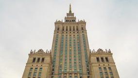 Tid schackningsperiod av tornspiran av slotten av kultur och vetenskap, historiskt h?ghus i mitten av Warszawa, Polen arkivfilmer