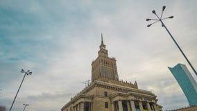 Tid schackningsperiod av tornspiran av slotten av kultur och vetenskap, historiskt h?ghus i mitten av Warszawa, Polen lager videofilmer