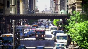 Tid schackningsperiod av trafik på det upptagna vägcentret Chicago arkivfilmer
