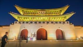 Tid schackningsperiod av turister som svärmer till och med den Gyeongbokgung slotten i den Seoul staden, Sydkorea arkivfilmer