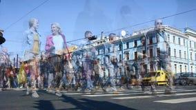Tid schackningsperiod av tvärgator i Nevsky Prospekt, St Petersburg, Ryssland Rörelsesuddighet och tonad längd i fot räknat lager videofilmer