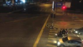 Tid schackningsperiod av upptagen trafik på natten på en väg lager videofilmer