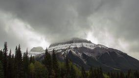 Tid schackningsperiod av våldsamma moln överst av berget arkivfilmer