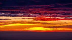 Tid schackningsperiod av vibrerande moln med soluppgång i morgonen arkivfilmer
