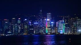 Tid schackningsperiod av Victoria Harbour och Hong Kong Skyline på natten - Hong Kong China arkivfilmer