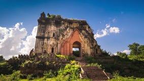 Tid schackningsperiod Den gamla buddistiska templet fördärvar på den Inwa staden nära Mandalay Myanmar (Burma arkivfilmer
