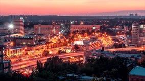 Tid schackningsperiod Den huvudsakliga stationen av staden av Rostov On Don med parkering på natten stock video