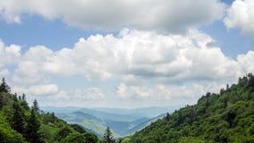 Tid schackningsperiod Great Smoky Mountains som ser in i Oconalufee River Valley arkivfilmer