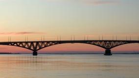 Tid schackningsperiod Gryning på Volgaet River Vägbro mellan städerna av Saratov och Engels, Ryssland E arkivfilmer