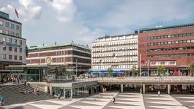 Tid schackningsperiod med folk som går i Sergels fyrkant Stockholm, Sverige, august 2018 arkivfilmer