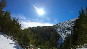 Tid schackningsperiod på berget, vinterlandskap arkivfilmer
