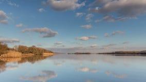 Tid schackningsperiod Ryssland Flyttande moln och deras reflexion i floduniversitetsläraren arkivfilmer