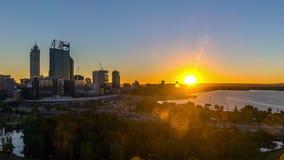 Tid schackningsperiod Soluppgång på Perth stadshorisont, Australien arkivfilmer