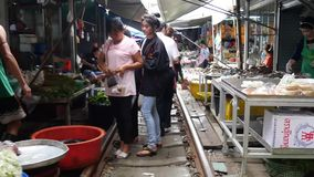 Tid schackningsperiod som går till och med Mae Klong den järnväg marknaden arkivfilmer