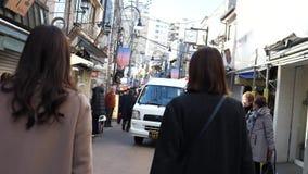 Tid schackningsperiod som går till och med Yanaka Ginza, Tokyo arkivfilmer