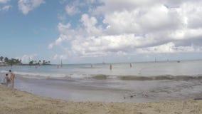 Tid schackningsperiod som spelar och simmar på tropisk shoreline för strandsemesterort arkivfilmer