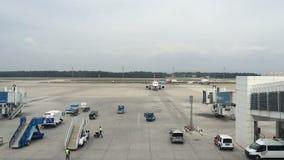 Tid schackningsperiod Turkiet, Antalya, mars 2016 på flygplatsen som flygplanet avgår från stegen arkivfilmer