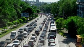 Tid schackningsperiod Tvåvägstrafik på avenyn på rusningstiden i Rostov-On-Don, sikt från bron stock video