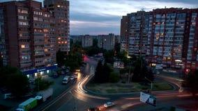 Tid schackningsperiod Vägen som ringer rörelsen av bilar på natten, när bilar lämnar, spårar i staden av Rostov-On-Don stock video